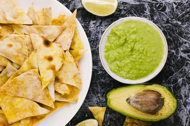 Nachos met gesneden avocado bovenaanzicht Gratis Foto