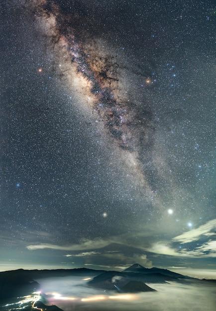 Nacht berglandschap en melkweg Gratis Foto