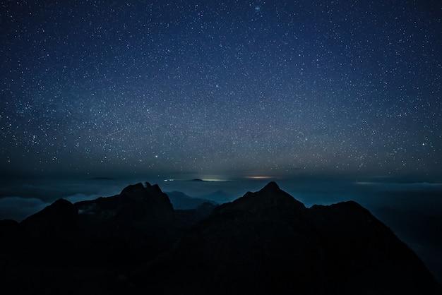 Nacht en melkweglandschap Premium Foto