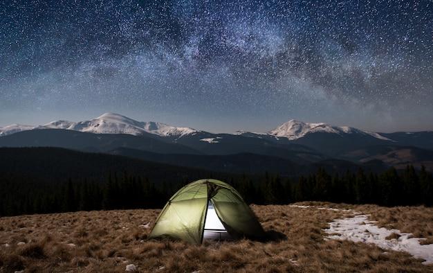 Nacht kamperen. verlichte toeristentent onder mooie nachthemel vol sterren en melkweg Premium Foto