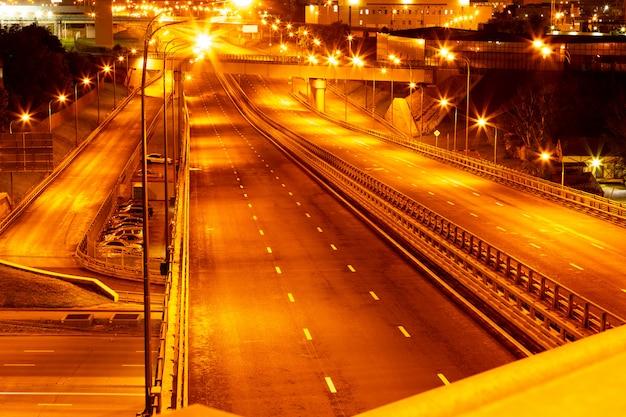 Nacht skyline uitzicht op stad snelwegen bij nachtverlichting Premium Foto