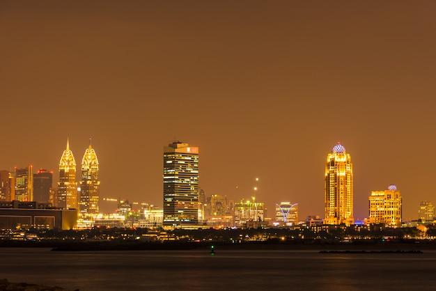 Nacht stadsgezicht van dubai city, verenigde arabische emiraten Premium Foto