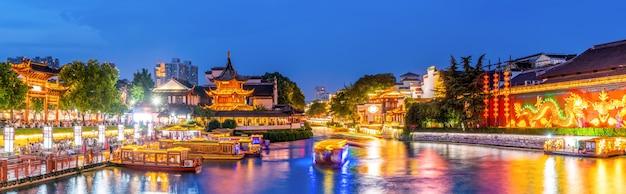Nacht uitzicht op de oude architecturale rivier in nanjing Premium Foto
