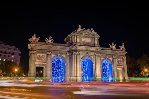 Nacht uitzicht op de puerta de alcala in madrid versierd voor kerstmis Premium Foto
