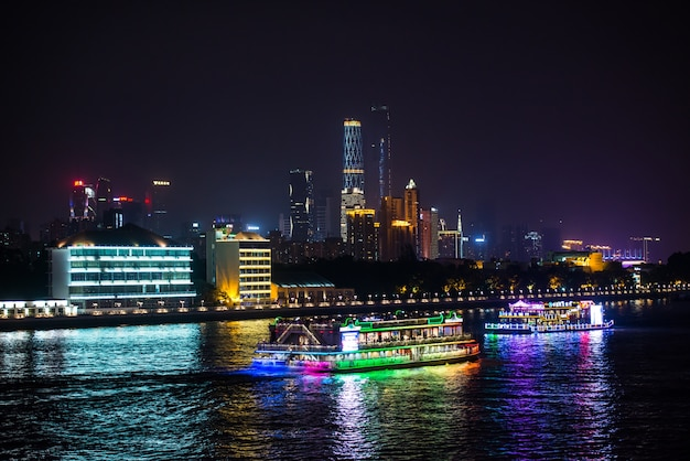 Nacht uitzicht van de stad met schepen op het water Gratis Foto