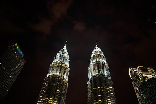 Nachtcityscape met beroemde tweelingtorens petrochemisch bedrijf petronas in kuala lumpur Premium Foto