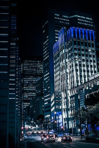 Nachtgebouwen met lichten en auto's bij nacht in montreal Premium Foto