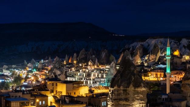 Nachtlandschap in goreme, cappadocia, turkije. Premium Foto
