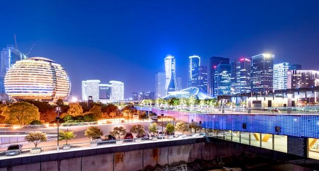 Nachtlandschap van modern stedelijk architecturaal landschap in hangzhou Premium Foto