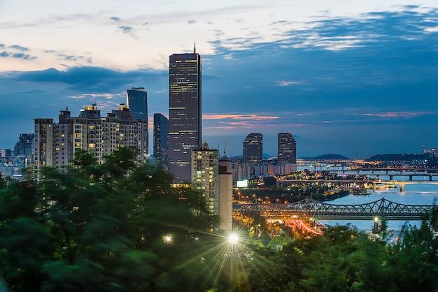 Nachtmening van han river en seoul met wolken Premium Foto