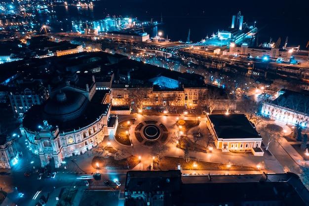 Nachtmening van het operahuis in odessa Gratis Foto