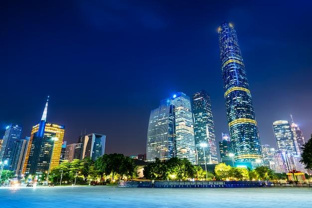 Nachtmening van moderne gebouwen in guangzhou-stadsvierkant Premium Foto