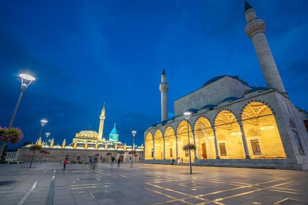 Nachtmening van selimiye-moskee en mevlana-museum in konya, turkije Premium Foto