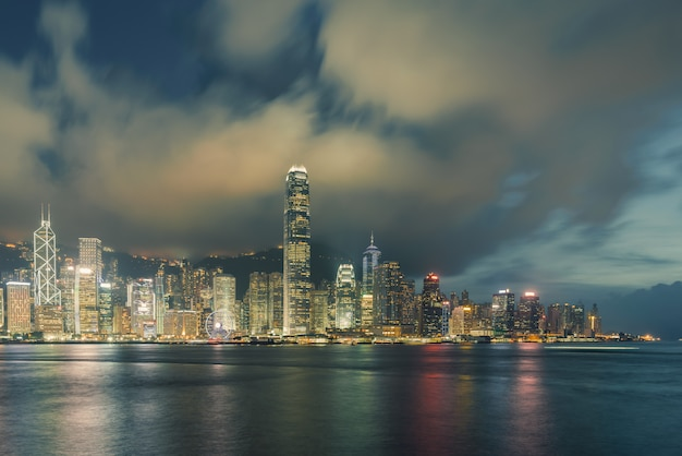 Nachtmening van victoria harbor in hong kong. Premium Foto