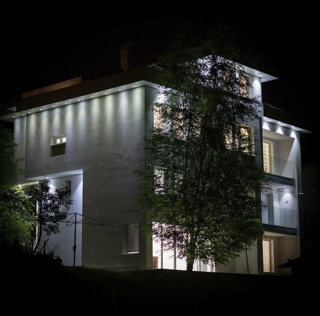 Nachtmening van wit mooi modern huis Premium Foto