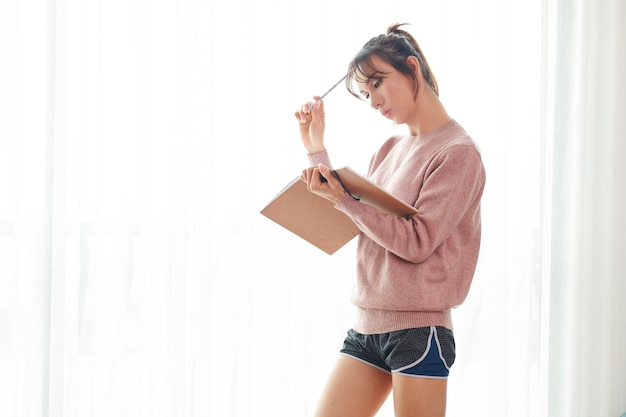Nadenkend studentenboek van de vrouwenlezing Premium Foto