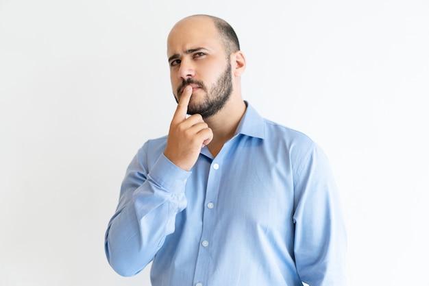 nadenkende mens mond met vinger aan te raken en weg het