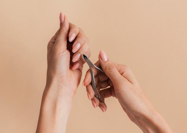 Nagelriemen snijden gezonde mooie manicure Gratis Foto