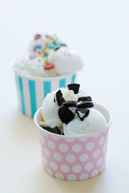 Nagerecht. heerlijk ijs op tafel Gratis Foto