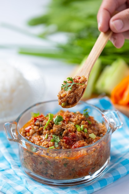 Nam prik ong, pittig varkensvlees met groentesalade, thais eten. Gratis Foto