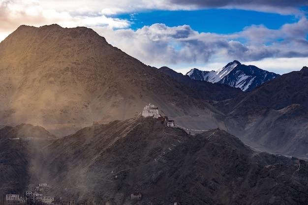 Namgyal tsemo gompa (tibetaans boeddhistisch klooster) en ruïnes van het namgyal tsemo-fort. leh, ladakh, india Premium Foto