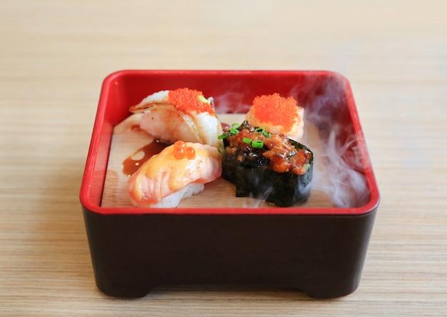 Nami-sushireeks die met koude gerookt op houten lijst wordt gediend. traditioneel japans eten. Premium Foto