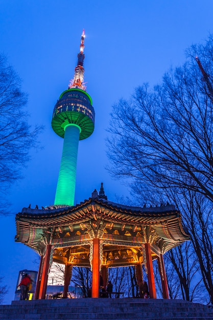 Namsan tower at night of seoul tower en paviljoen traditionele architectuur van korea Premium Foto