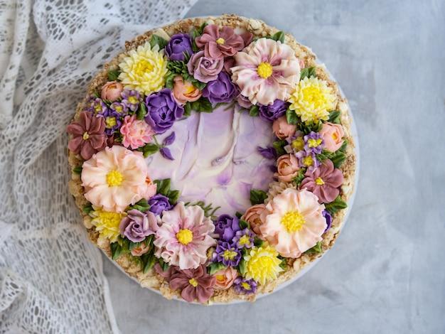 Napoleon cake met vanilleroom, versierd met botercrème bloemen Premium Foto