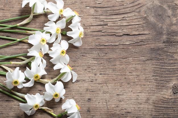 Narcissus op houten tafel Premium Foto