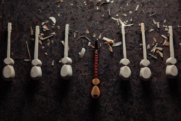 Nationaal houten muziekinstrumentfiguur Gratis Foto