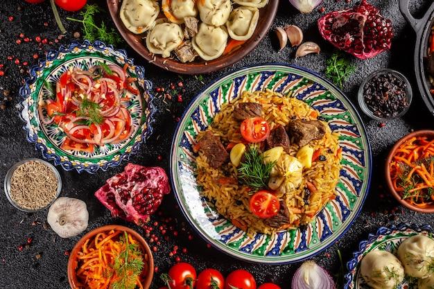 Nationaal oezbekistaans pilau met vlees. Premium Foto