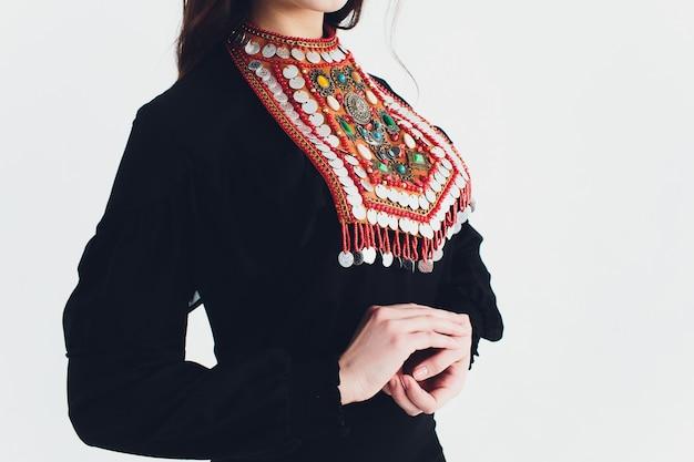 Nationale bashkir-kostuums. volkeren van rusland. tataren op witte studio. Premium Foto