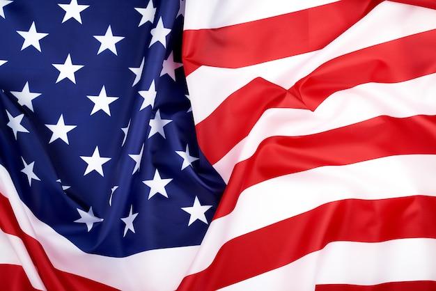 Nationale textielvlag van de verenigde staten van amerika, oppervlakte in golven. onafhankelijkheidsdag achtergrond Premium Foto