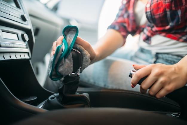 Natte reiniging van het auto-interieur bij autowassen. vrouw op autowassen met zelfbediening. buitenreiniging van voertuigen op zomerdag Premium Foto
