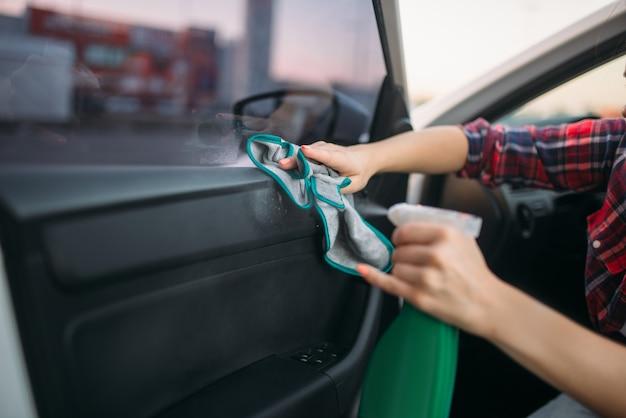 Natte reiniging van het interieur van de auto op carwash. dame op autowasstraat. buitenreiniging van voertuigen op zomerdag Premium Foto