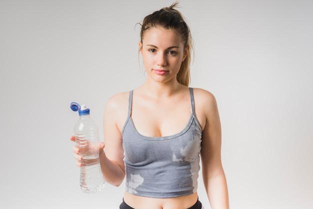 Natte sportieve meisje met een fles water Gratis Foto
