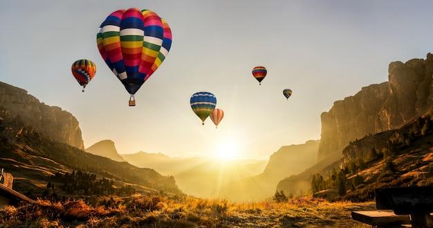 Natuur landschap hete lucht ballonnen festival in de lucht. Premium Foto
