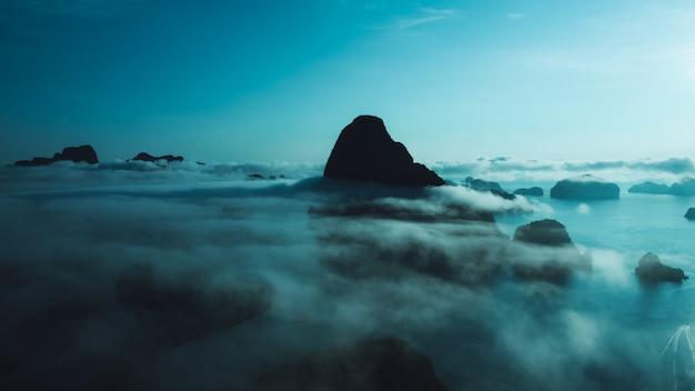 Natuur landschap kalksteen en mist filmische foto stijl luchtfoto Premium Foto