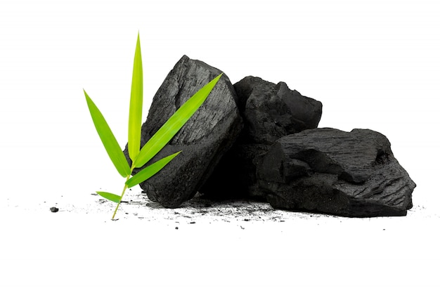 Natuurlijk houtskool bamboe houtskoolpoeder heeft geneeskrachtige eigenschappen met traditionele houtskool Premium Foto