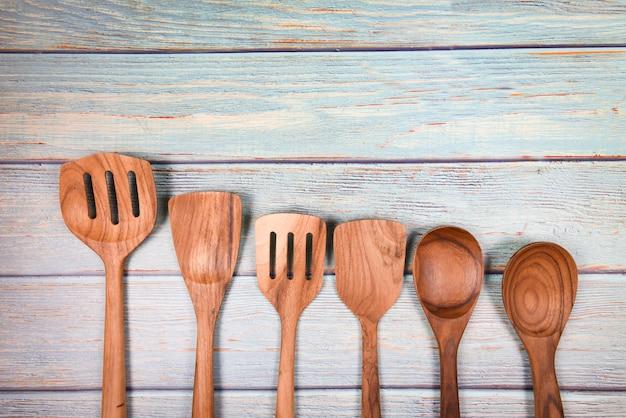 Natuurlijk keukengereedschap houten producten / keukengerei met lepel gietlepel spatel verschillende maten objecten werktuig houten concept Premium Foto
