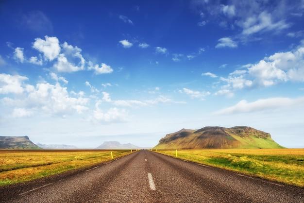 Natuurlijk landschap met een weg en bergen Premium Foto