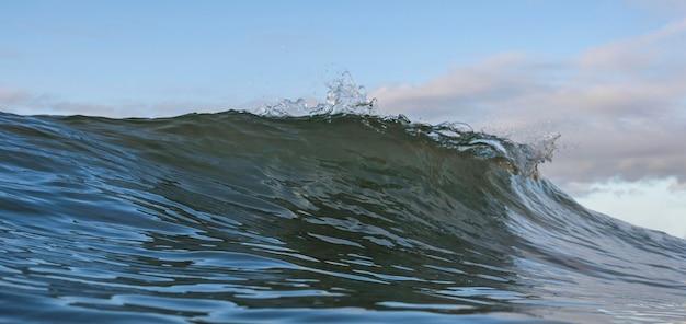 Natuurlijk landschap met zeegolf Gratis Foto
