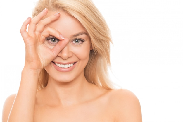 Natuurlijk mooie vrouw die op wit wordt geïsoleerd Premium Foto