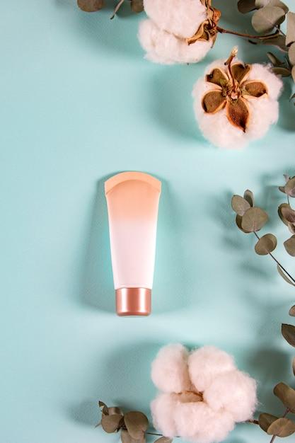 Natuurlijk organisch huidverzorgingsproduct in minimalistische stijl, verticaal. Premium Foto