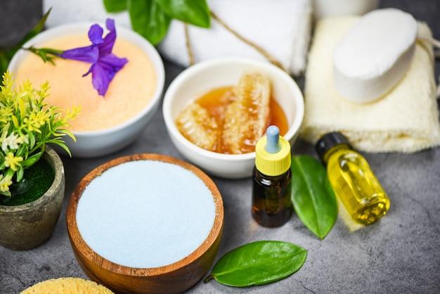 Natuurlijke badproducten honing zeep kruiden spa aromatherapie - set producten natuurlijke lichaamsverzorging kruiden dermatologie cosmetisch hygiënisch voor schoonheid huidverzorging persoonlijke hygiëne zout scrub objecten Premium Foto
