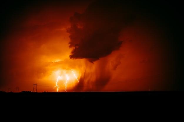 Natuurlijke bliksemschichtstaking in oranje hemel. Premium Foto