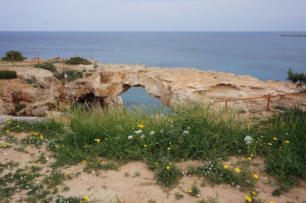 Natuurlijke boog in de rots met de oceaan Gratis Foto