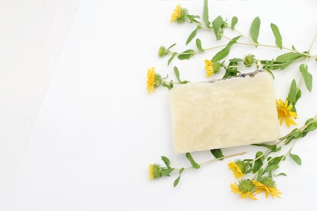 Natuurlijke cosmetische zeep voor huidverzorging op een witte achtergrond met kopie ruimte Premium Foto