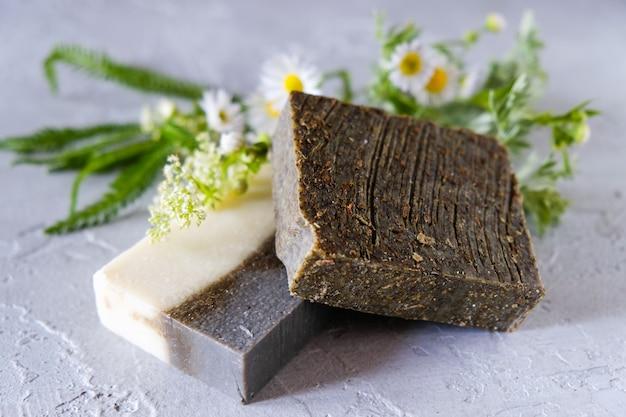 Natuurlijke handgemaakte zeepstaven met bloemen en gedroogde kruiden, spa organische zeep Premium Foto