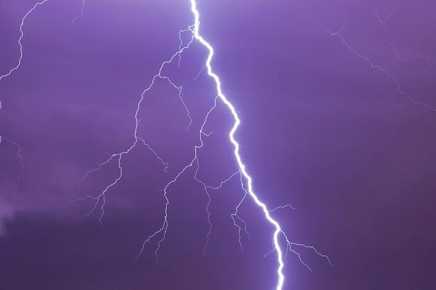 Natuurlijke heldere bliksem in donkere stormachtige hemel als achtergrond Premium Foto